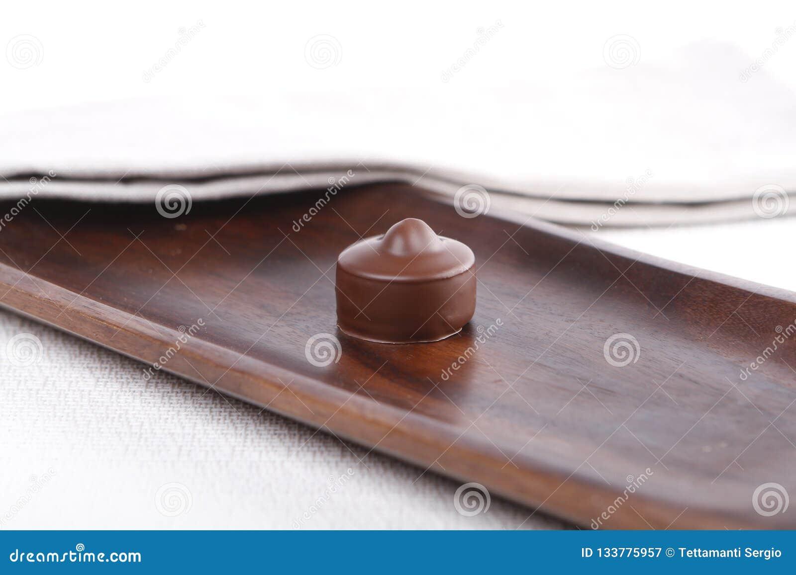 Praline op een houten raad