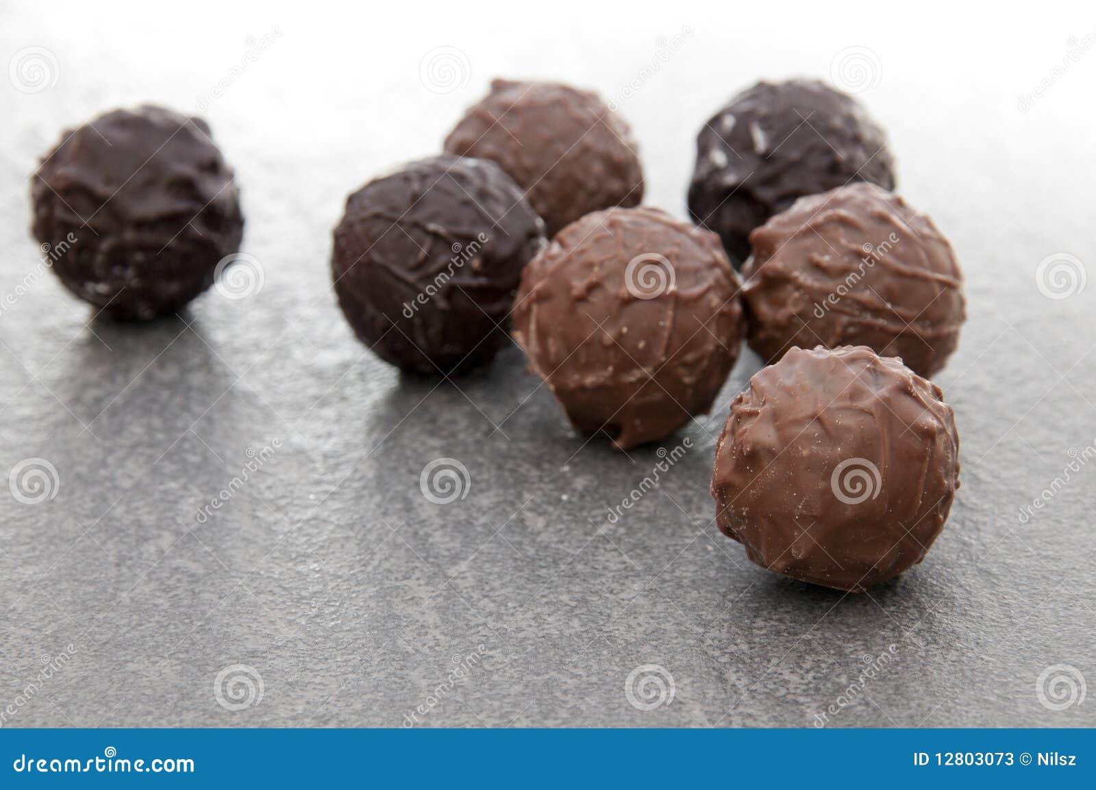 Pralines redondos luxuosos do chocolate