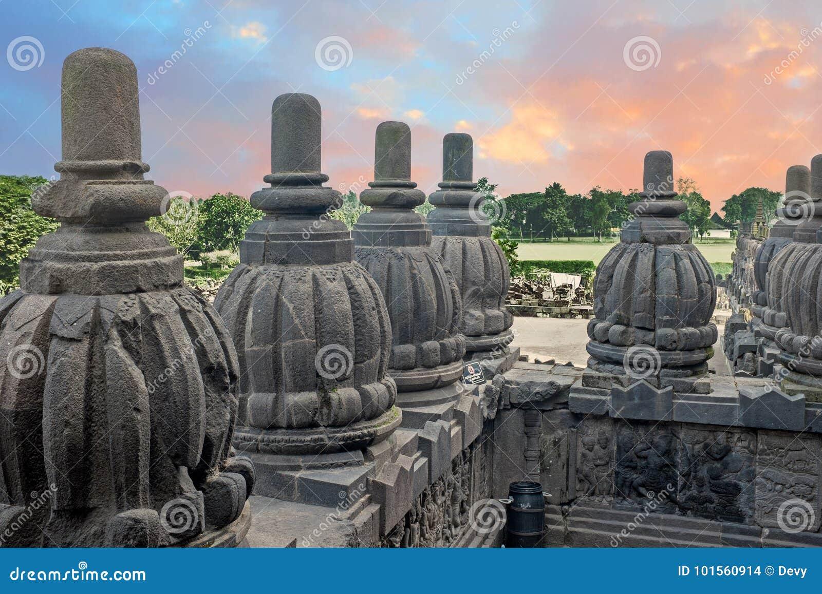 Prambanan o Candi Rara Jonggrang es un compuesto del templo hindú adentro