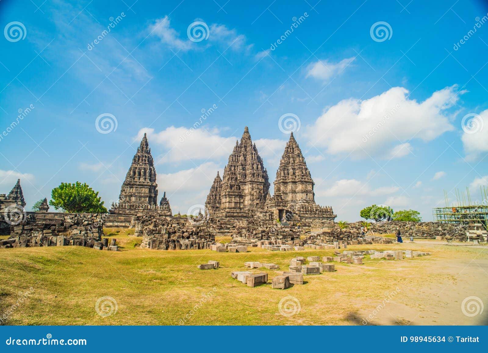 Prambanan o Candi Rara Jonggrang es un compuesto del templo hindú en Java, Indonesia, dedicada al Trimurti: el creador Brahma,