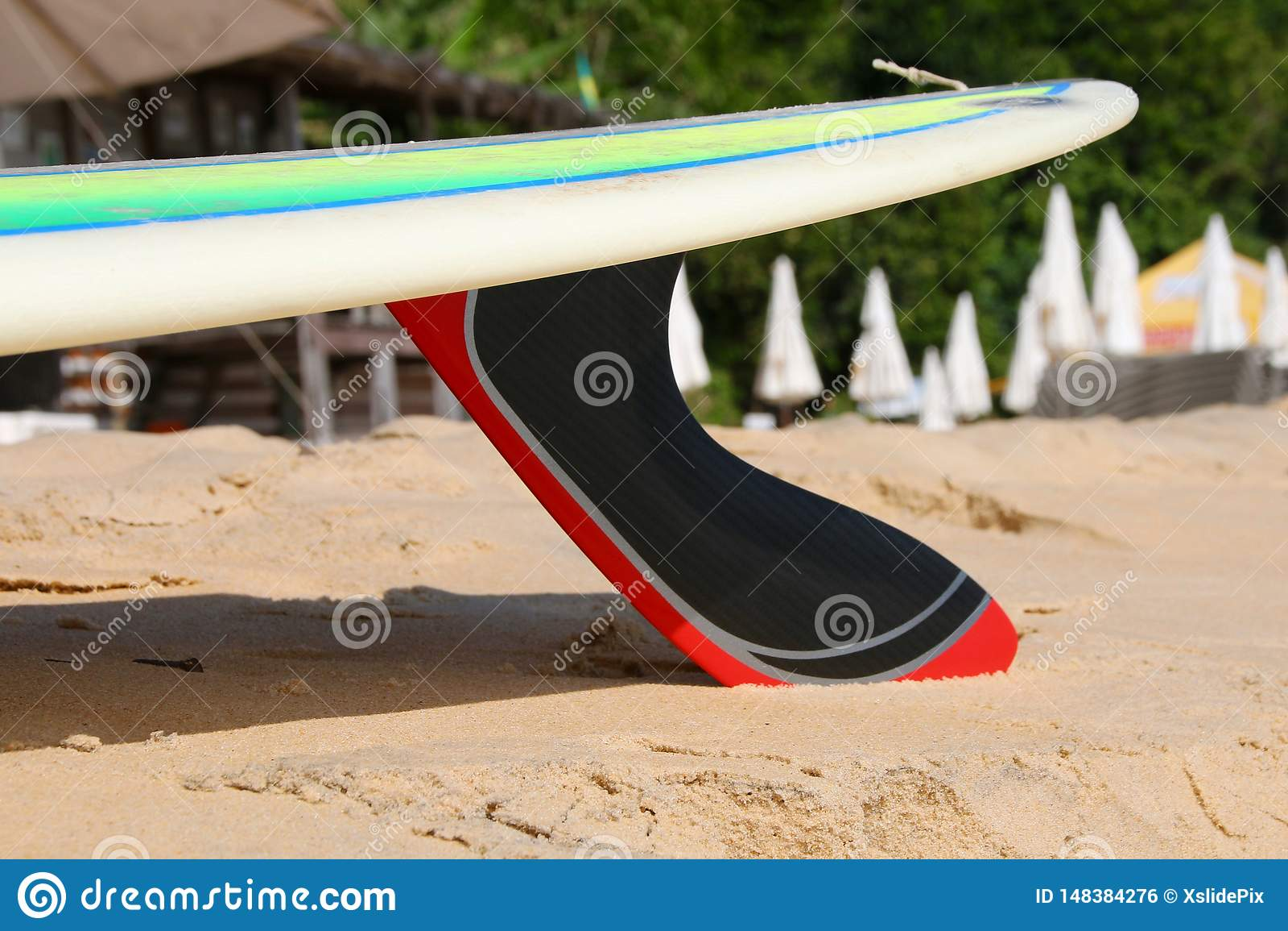 Prancha com a aleta do carbono na praia