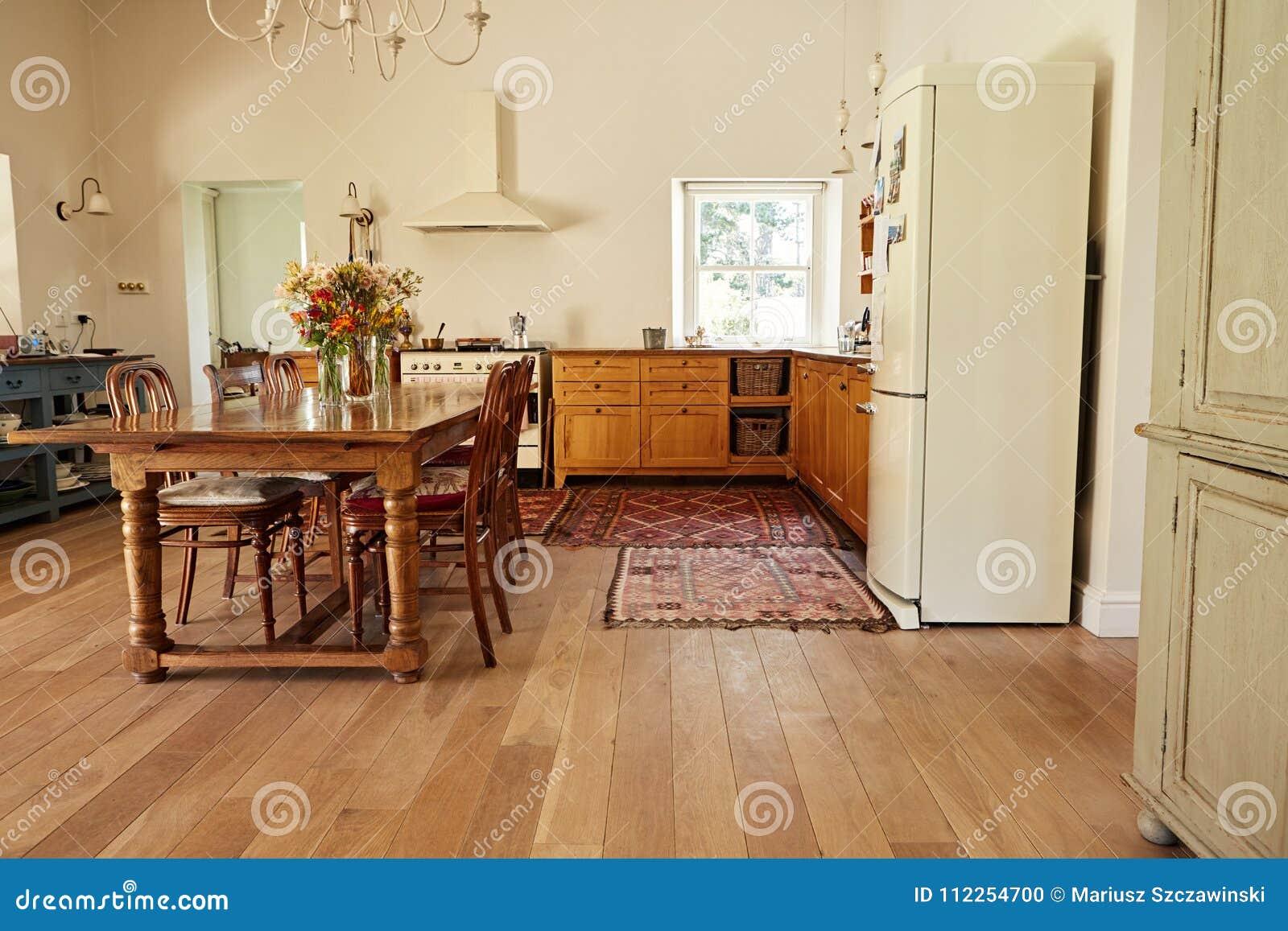 Pranzando E Area Della Cucina In Una Casa Stile Country ...