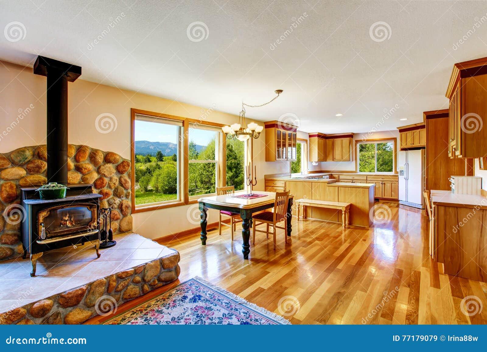 Pranzando ed interno della stanza della cucina con il camino di vecchio stile immagine stock - Cucina con camino ...