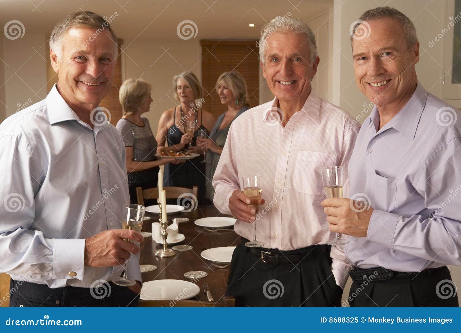 Pranzo del champagne che gode del partito degli uomini