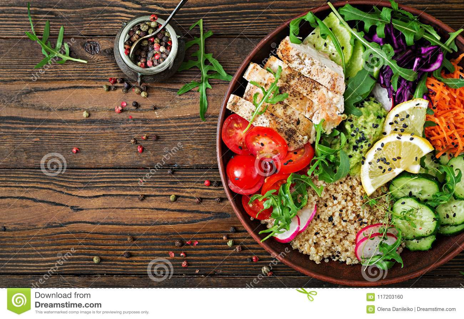 Pranzo della ciotola di Buddha con il pollo arrostito e la quinoa, pomodoro, guacamole