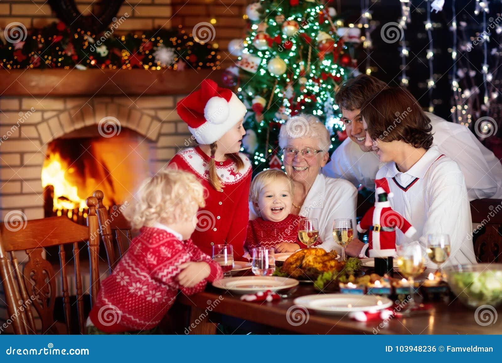 Immagini Di Natale In Famiglia.Pranzo Di Natale Famiglia Con I Bambini All Albero Di Natale Fotografia Stock Immagine Di Amore Bambini 103948236
