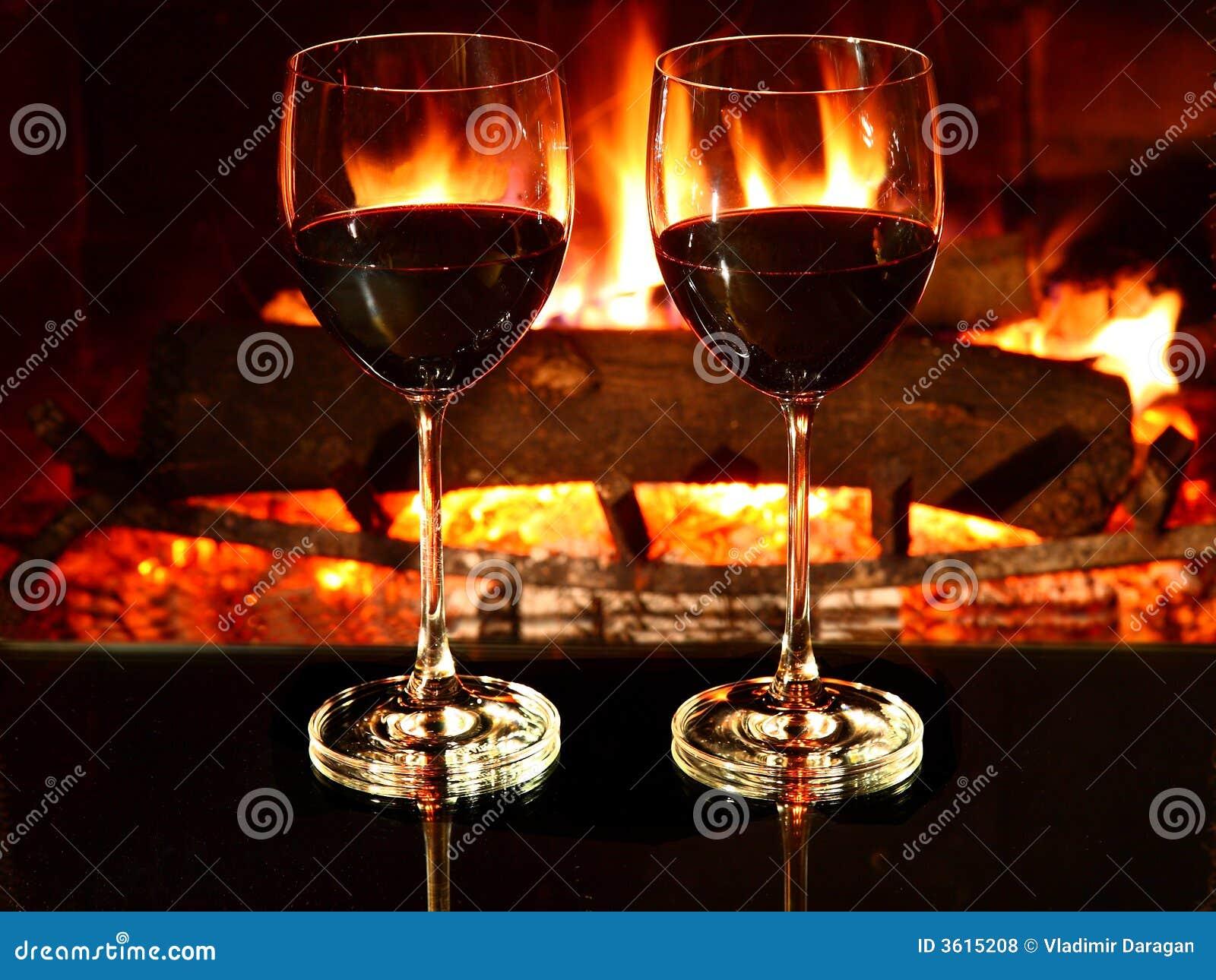 Bagno Romantico In Due pranzo romantico, vino, camino fotografia stock - immagine