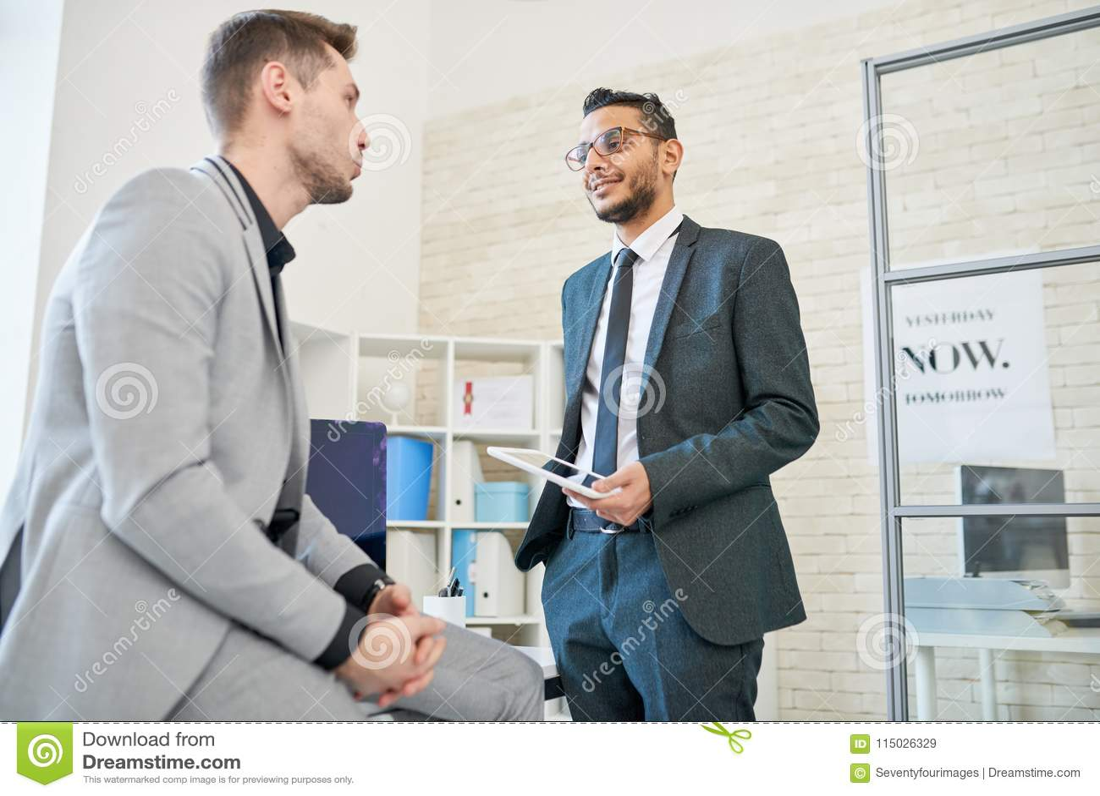 Prata Animatedly med kollegan