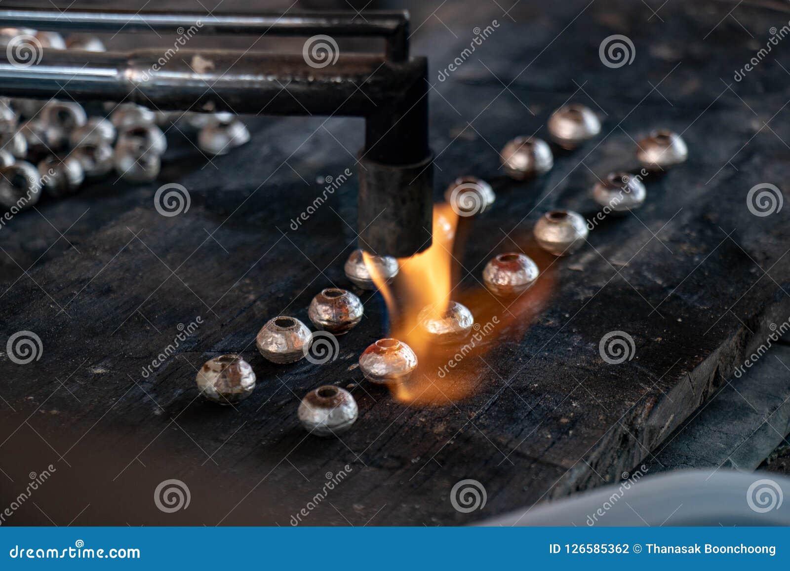 Prata de derretimento na fatura da joia do ofício
