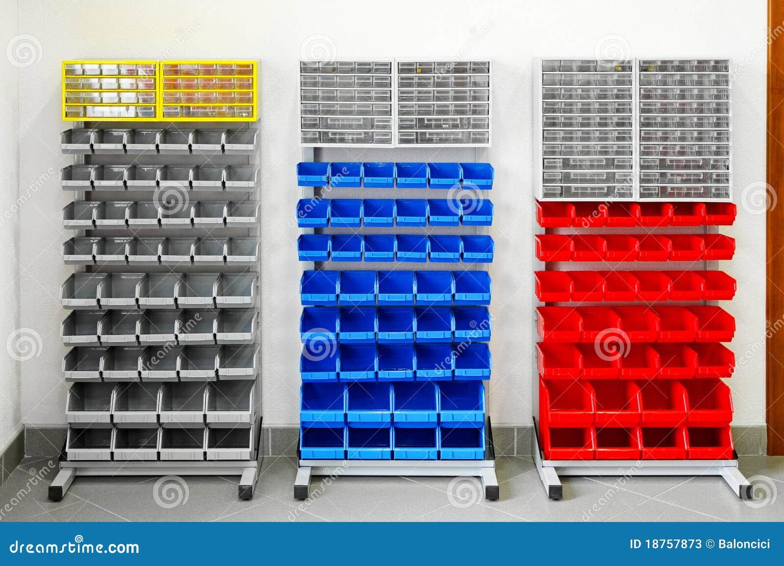 Prateleiras plásticas coloridas para o inventário na oficina. #0439C7 1300x957