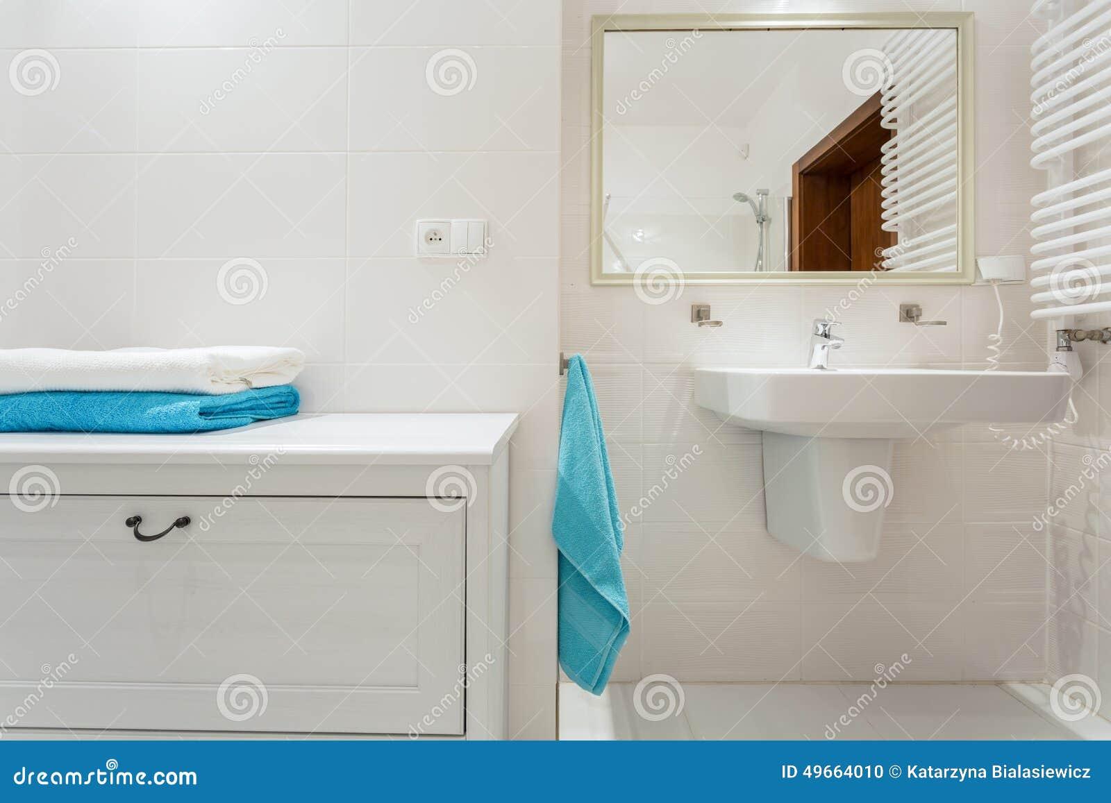 Prateleira no banheiro luxuoso