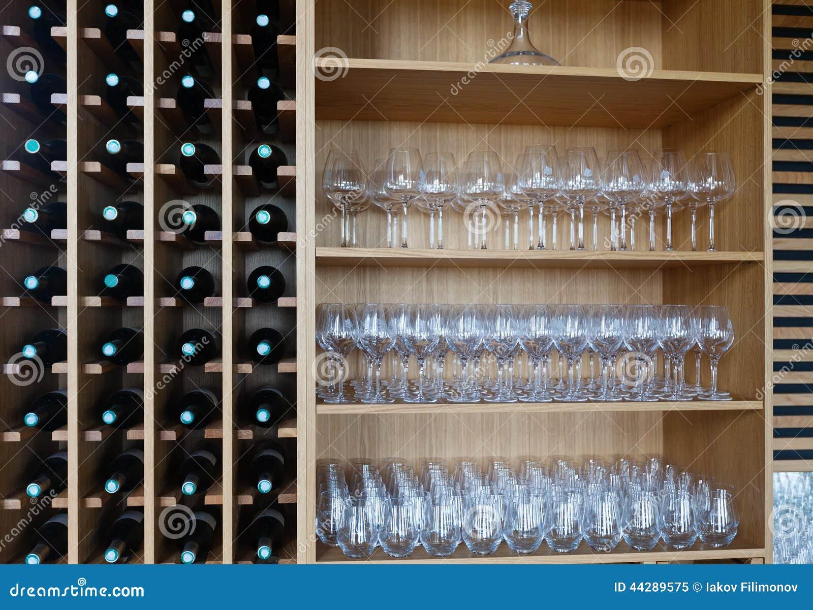 Prateleiras com garrafas e copos de vinho de vinho foto de - Estantes para vinos ...