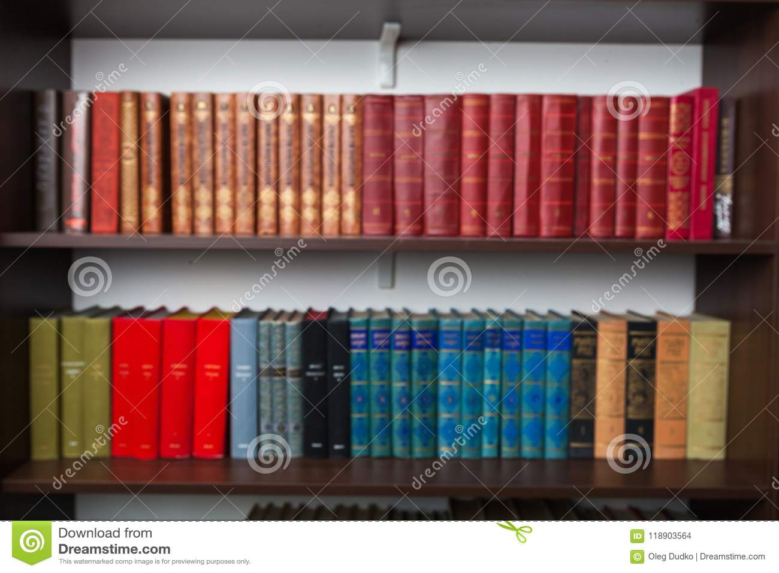 Prateleiras com livros velhos em casa
