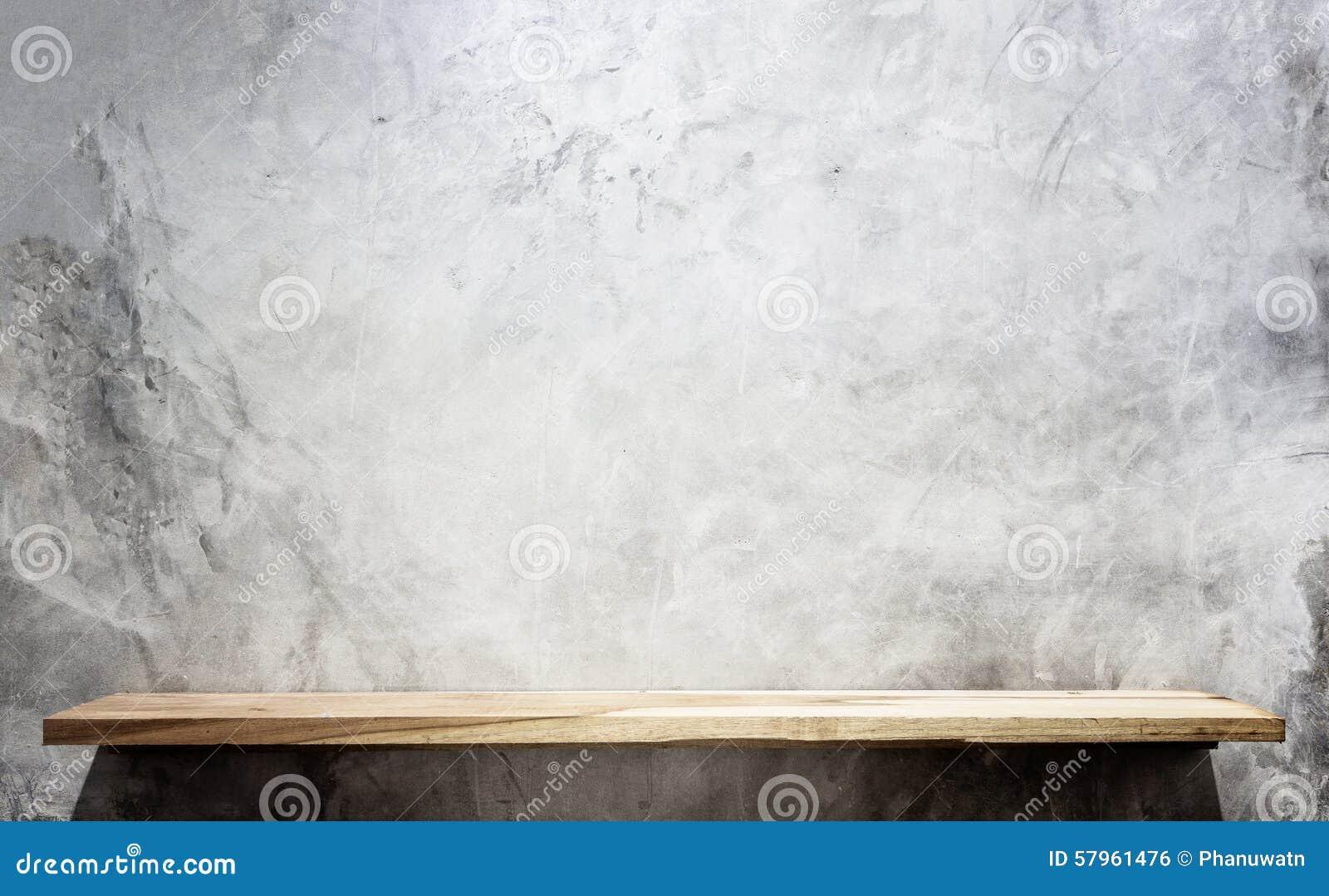 Prateleiras de madeira superiores vazias e fundo da parede de pedra