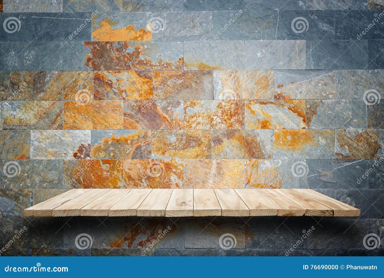Prateleiras de madeira vazias e fundo da parede de pedra Para o disp do produto