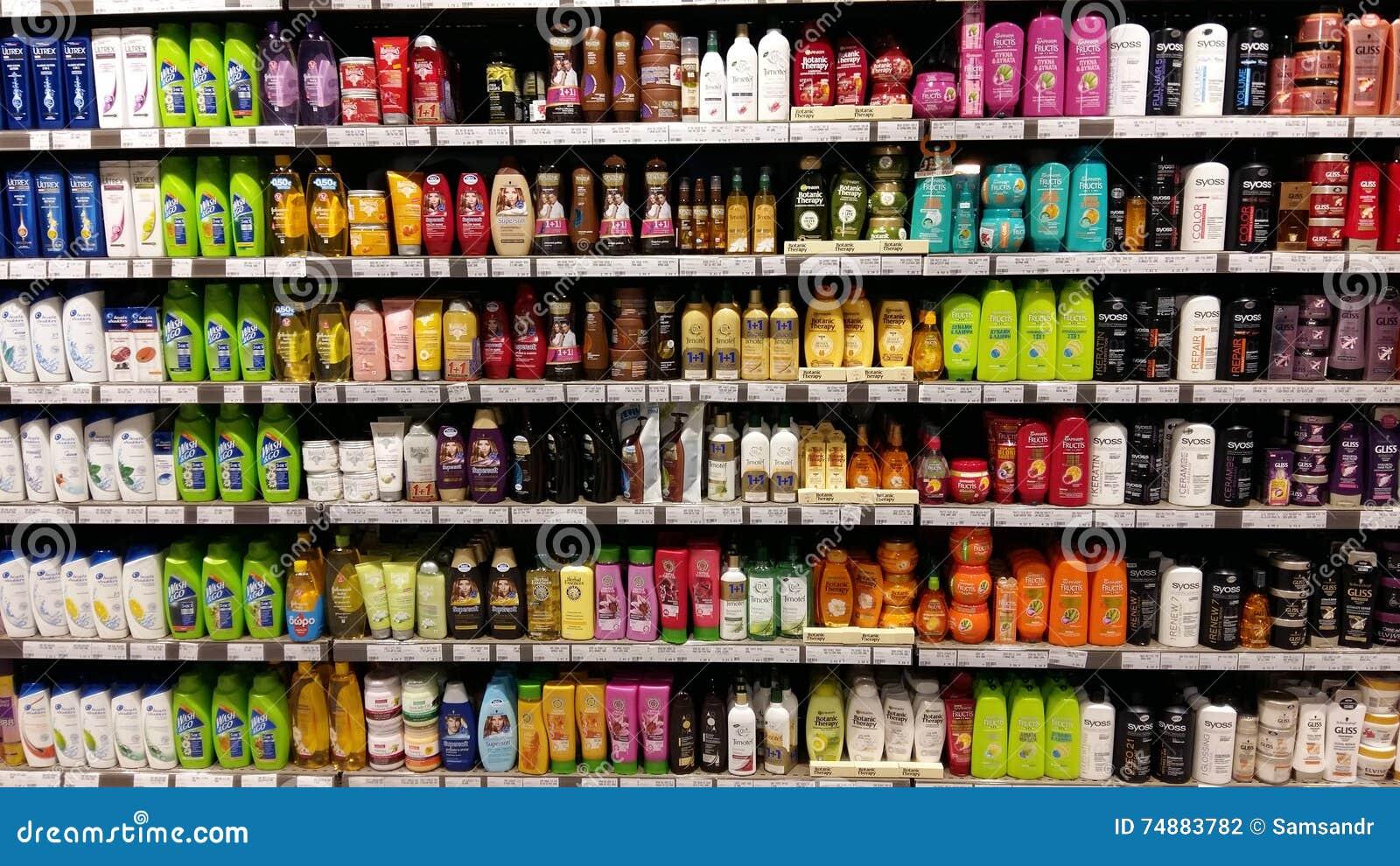 Prateleiras do champô no supermercado