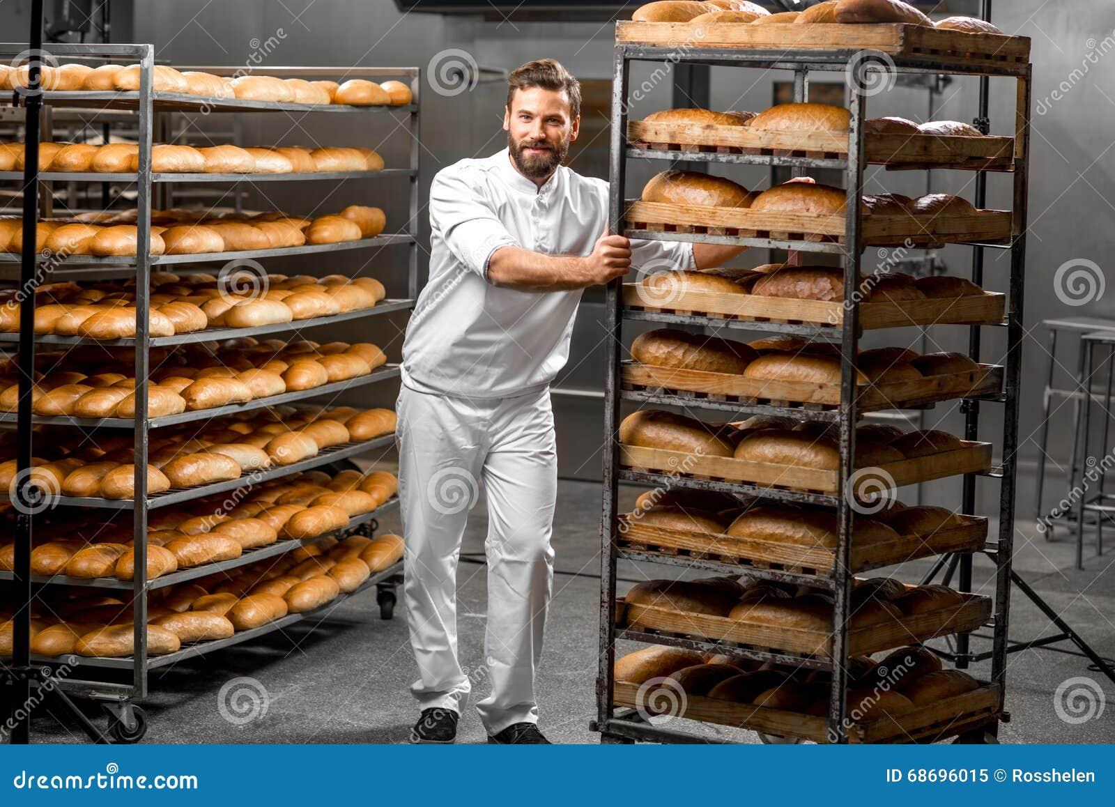 Prateleiras levando do trabalhador com pão