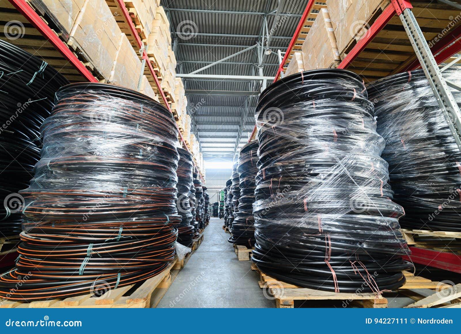 Prateleiras longas com uma variedade de caixas e recipientes