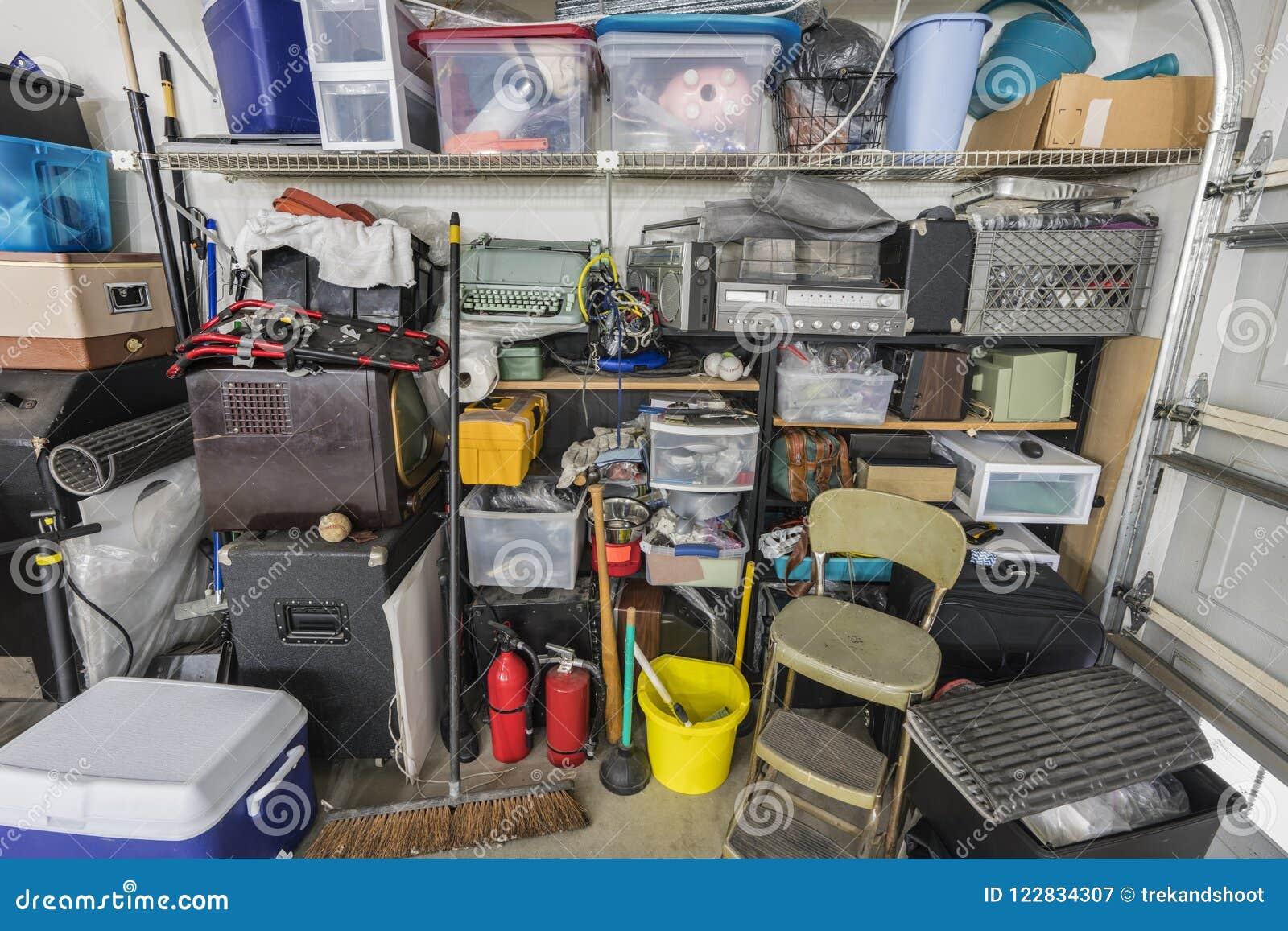 Prateleiras suburbanas desordenadas desarrumado do armazenamento da garagem