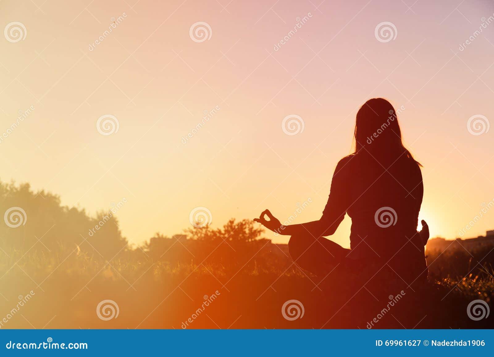 Pratica di yoga e di serenità al tramonto