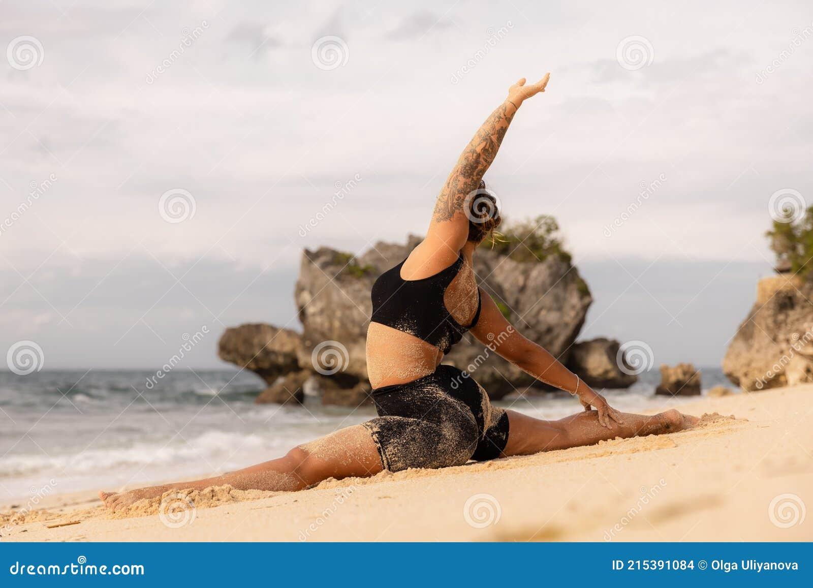 Pratica Yoga. Donna Caucasica Flessibile Che Esercita La Scimmia ...
