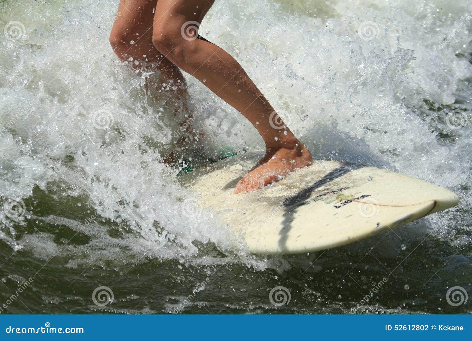 Praticando il surfing dietro una barca