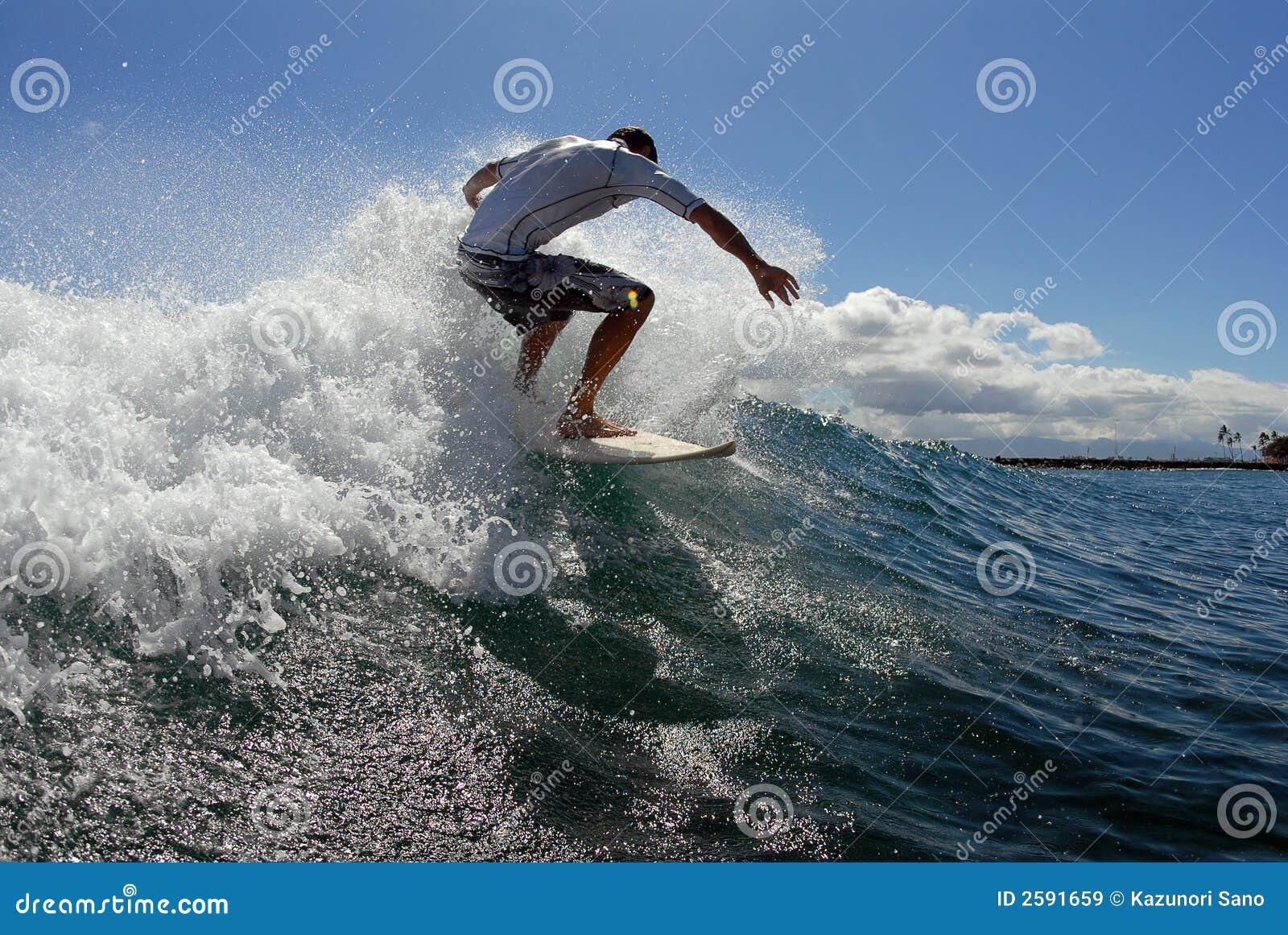 Praticando il surfing fuori dalla parte superiore
