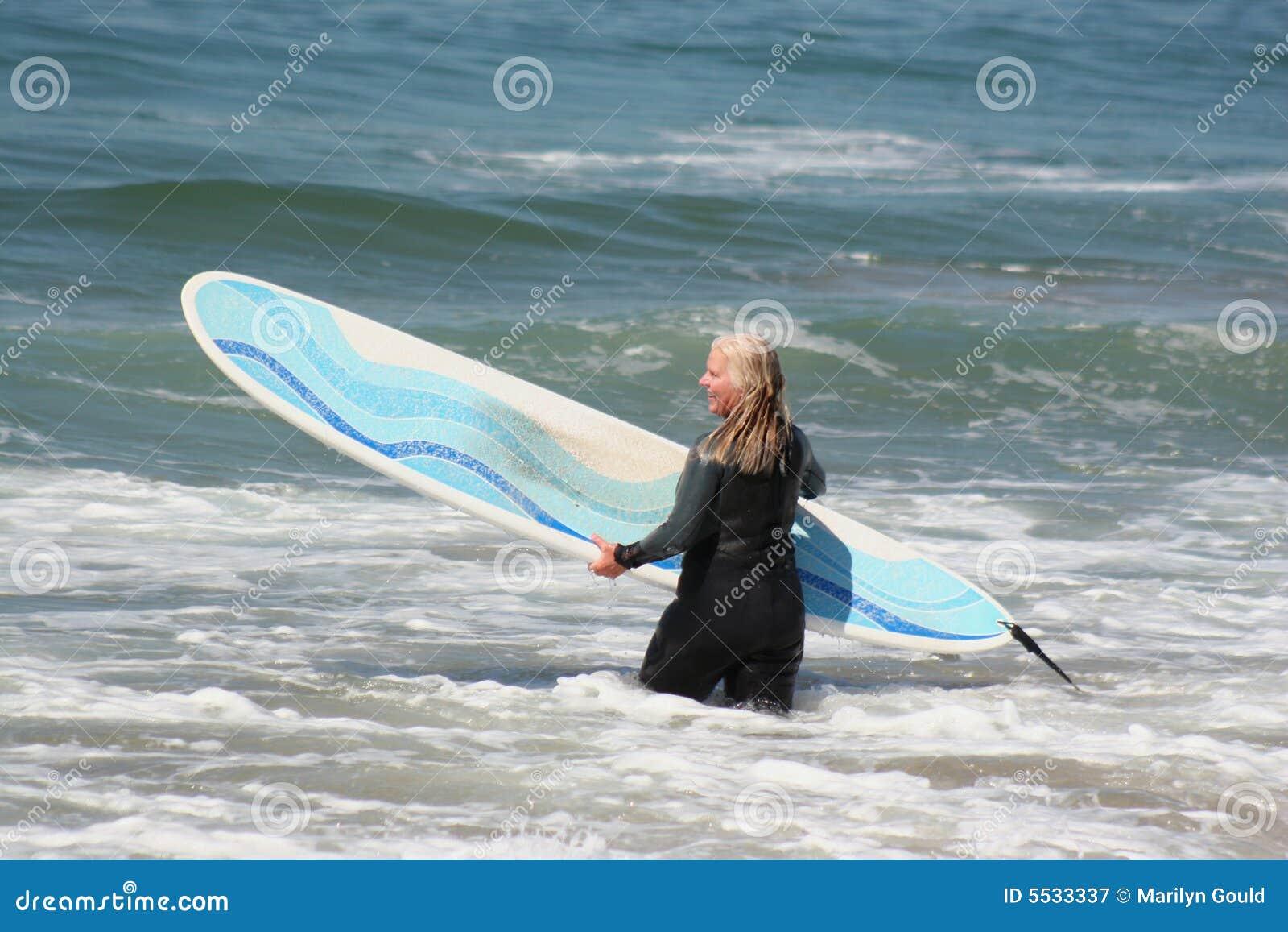 Praticare il surfing andante della donna