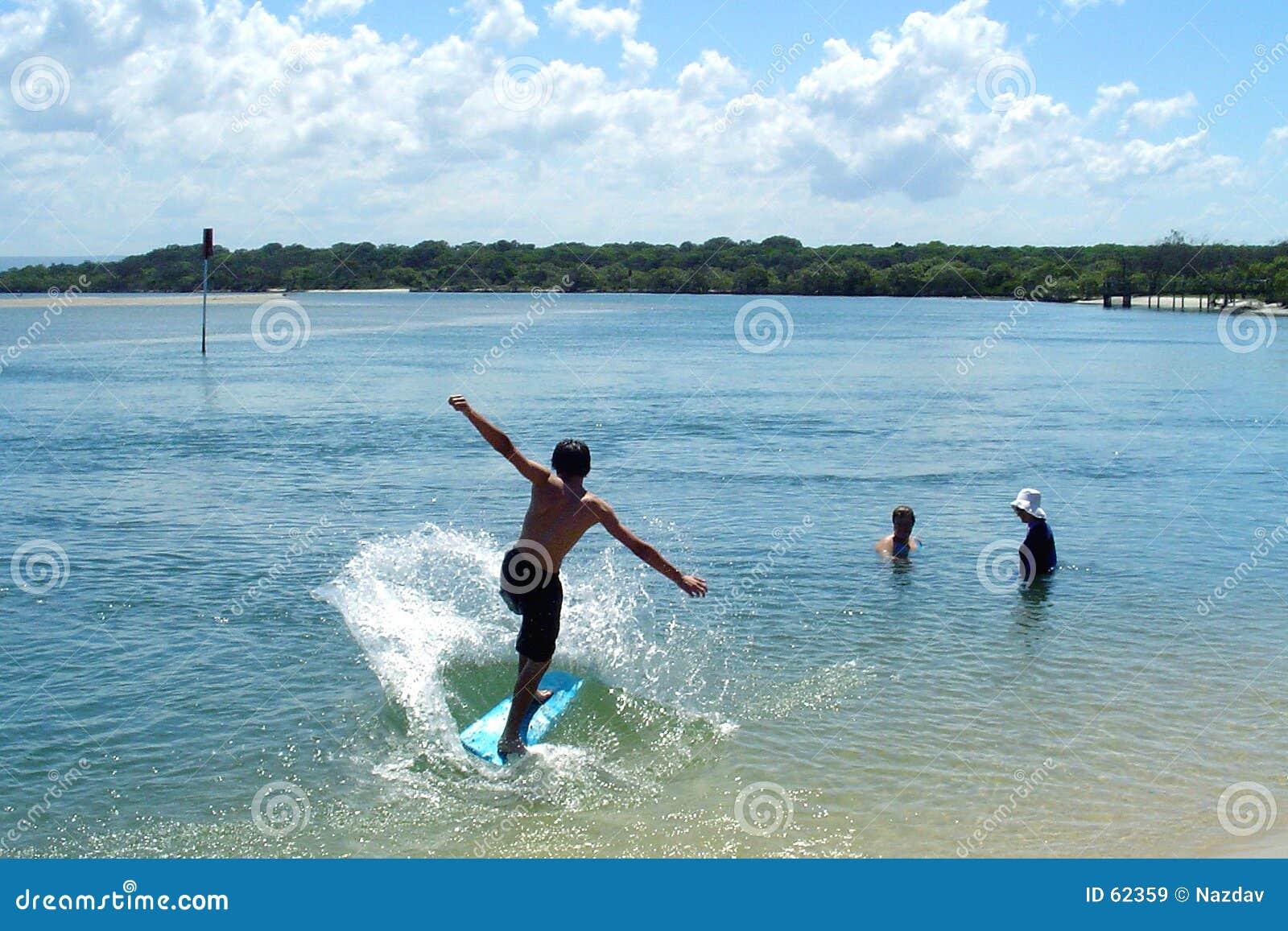 Praticare il surfing del ragazzo