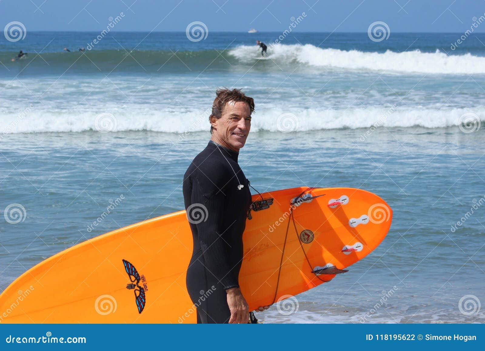 Praticare il surfing misura soggiorni maturi del maschio