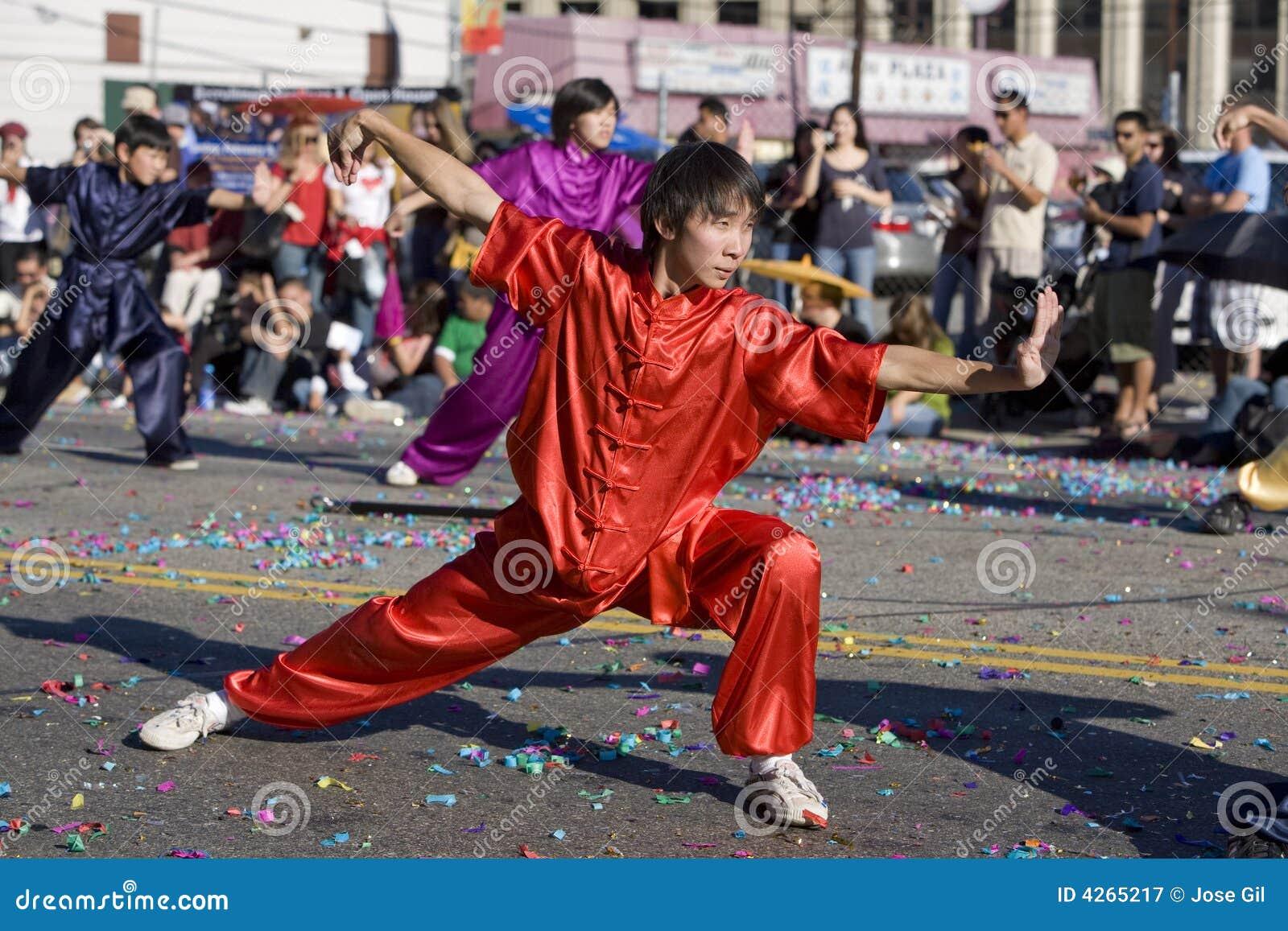 Praticien chinois 1 de Wushu de défilé d an neuf