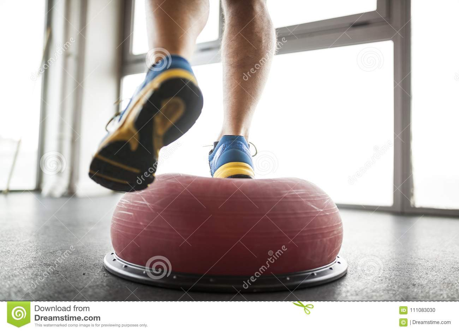 Praticing Balancenball des Mannes