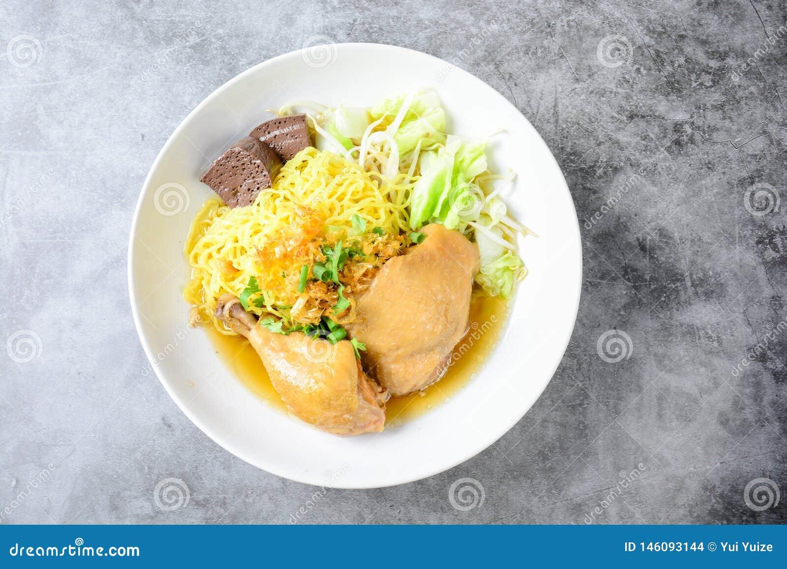 Prato com canja de galinha, os macarronetes e os vegetais caseiros frescos