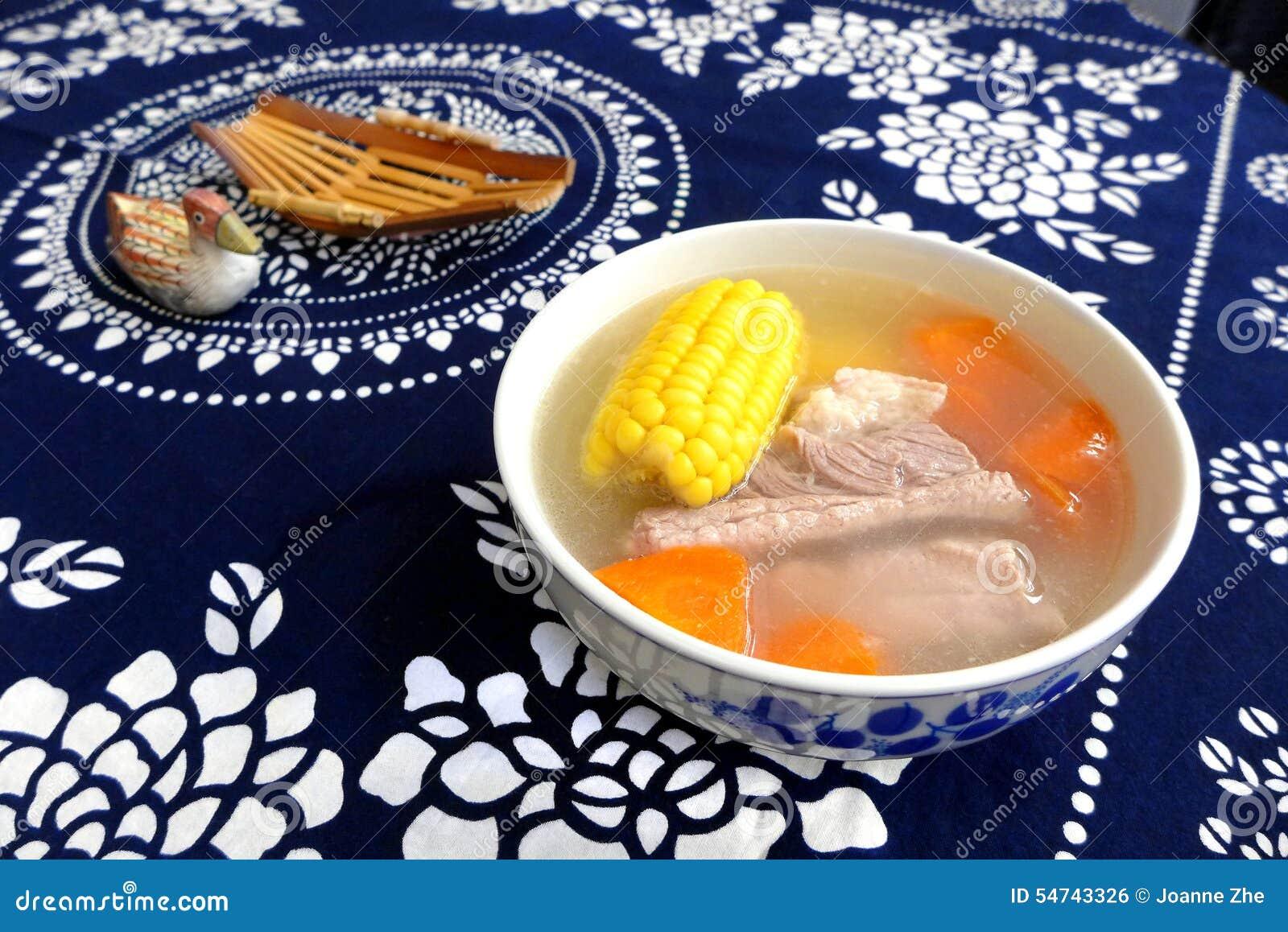 Prato, reforços de carne de porco, milho & sopa asiáticos da cenoura