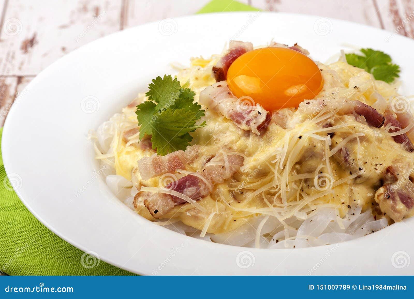 Prato tradicional do carbonara italiano da culinária