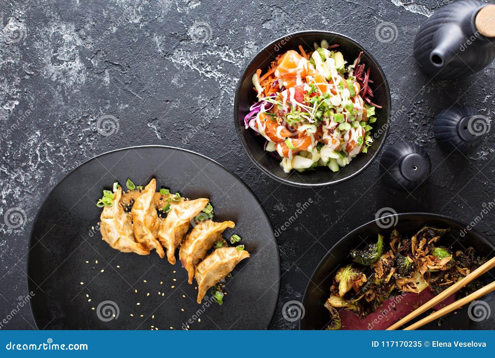 Pratos asiáticos da culinária na opinião aérea da tabela