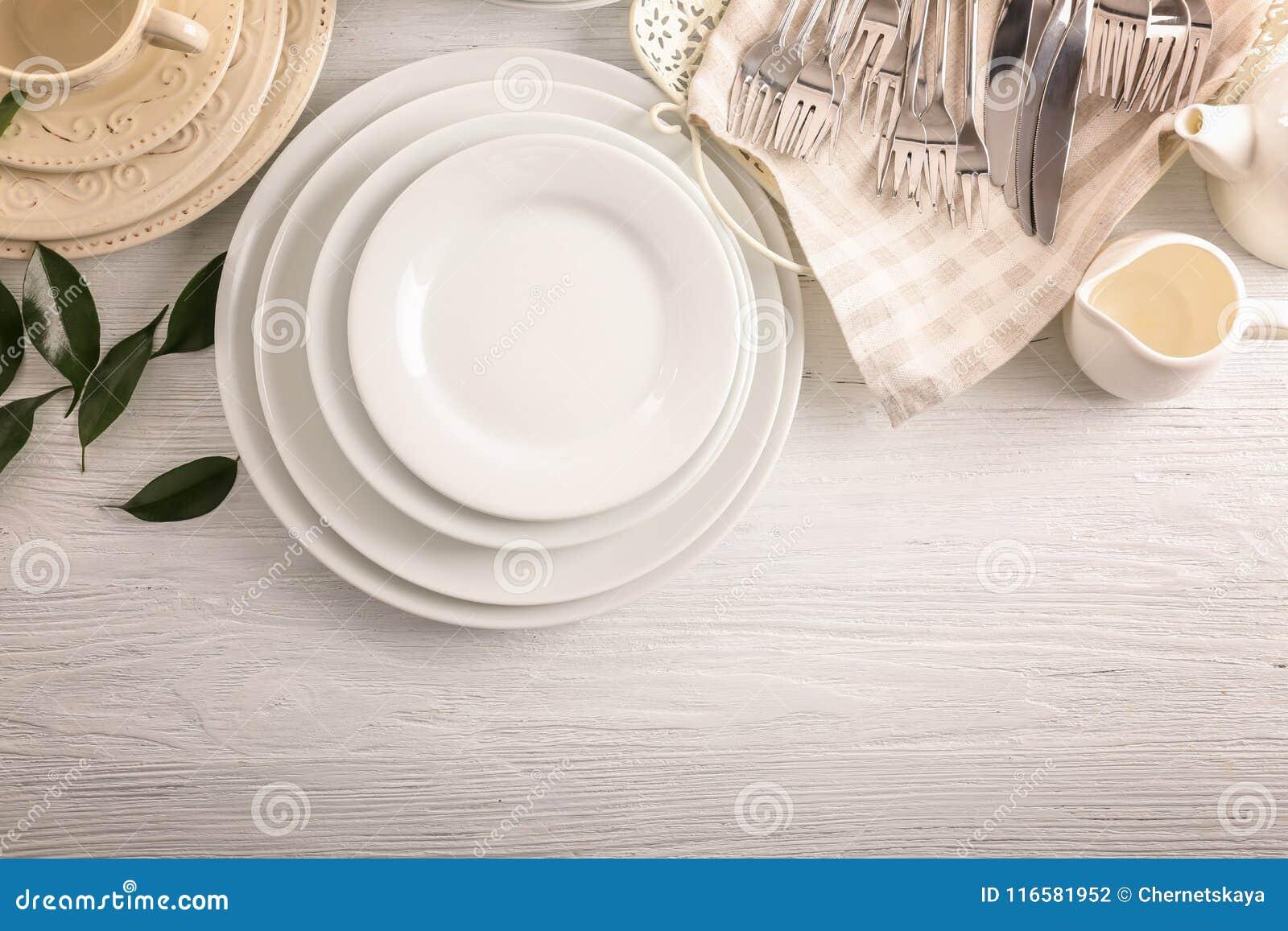 Pratos brancos na tabela