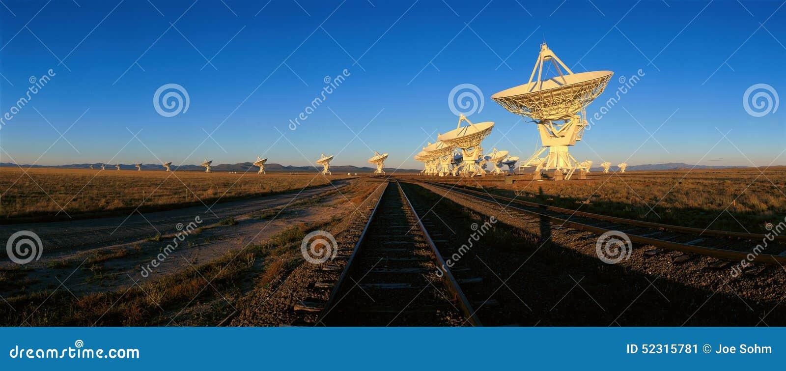 Pratos do telescópio de rádio no obervatório nacional da astronomia de rádio em Socorro, nanômetro