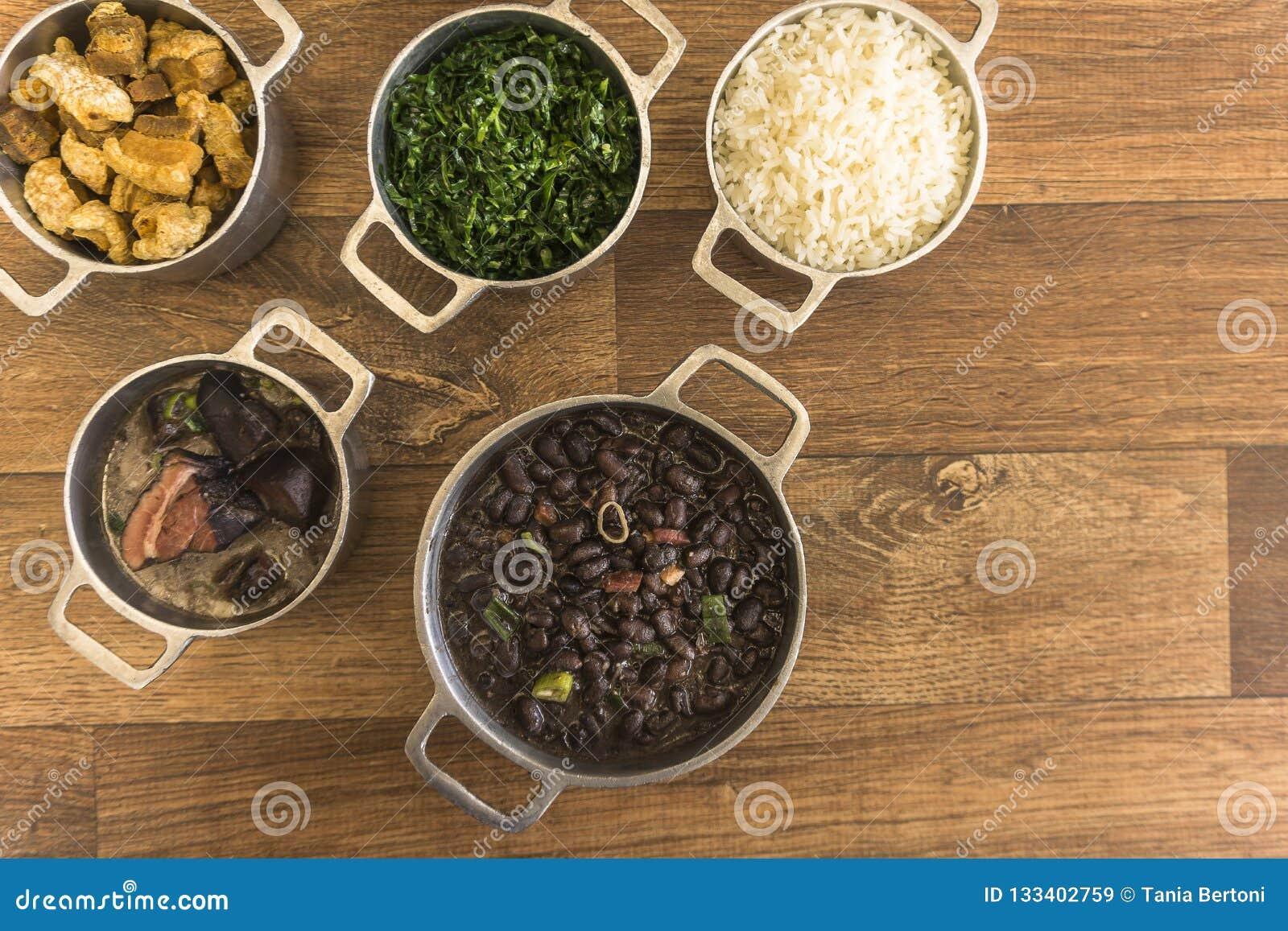 Pratos que são parte do feijoada tradicional, alimento brasileiro típico