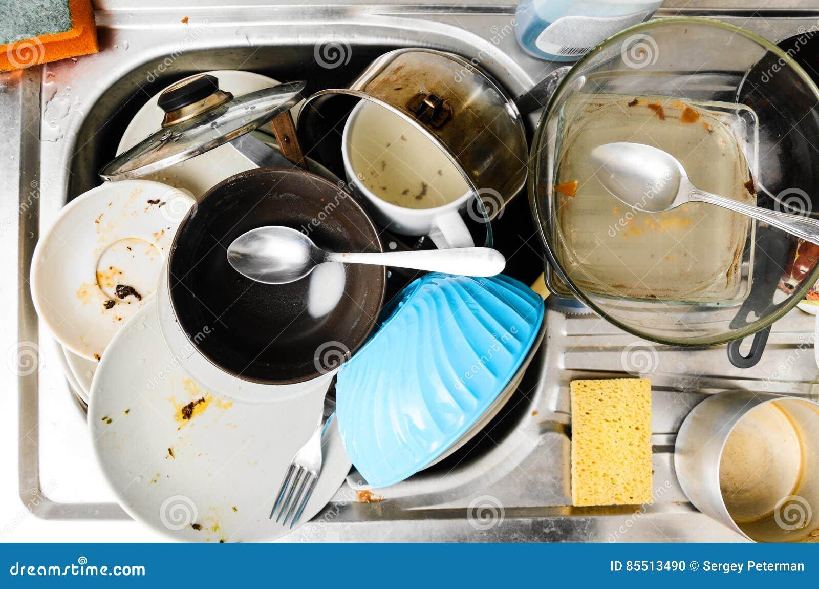 Pratos sujos em um dissipador