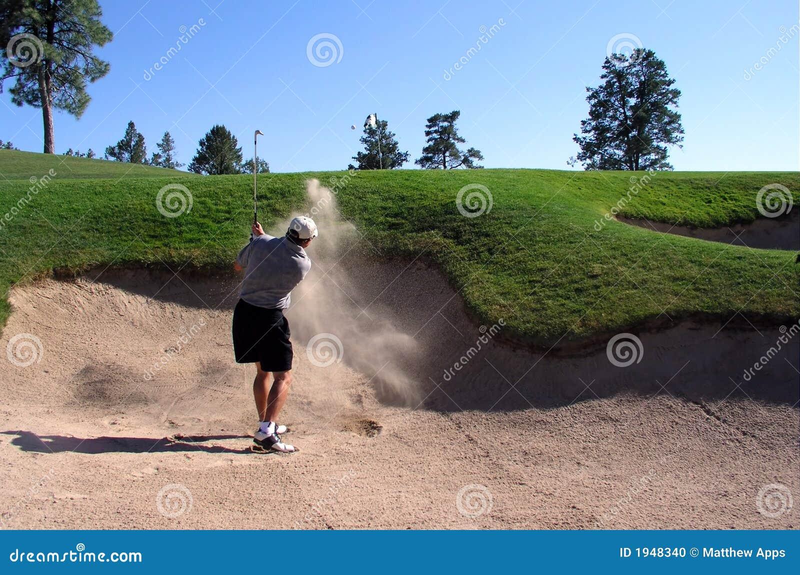 Prawdziwy golfiarz uderzył się pułapkę piasku.
