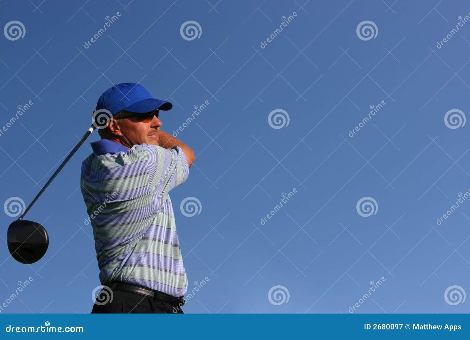 Prawdziwy golfiarz z teeing bliżej.