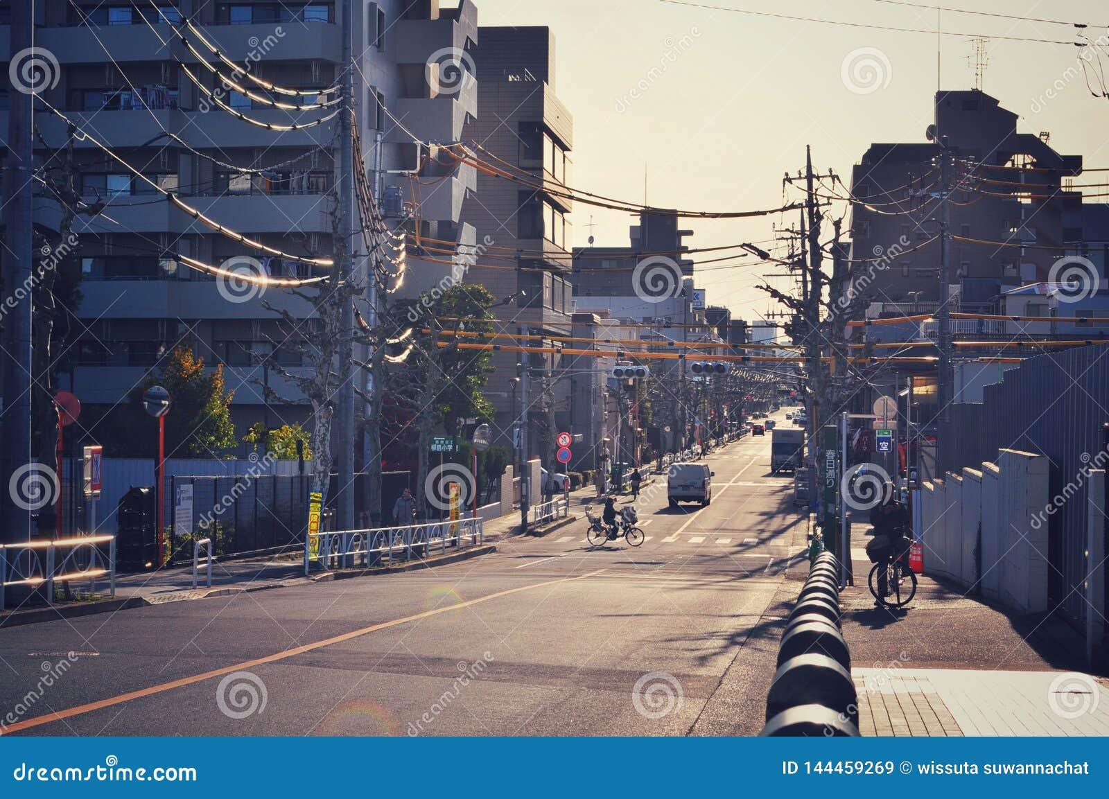 Prawie pusta ulica w Tokio w ciągu dnia