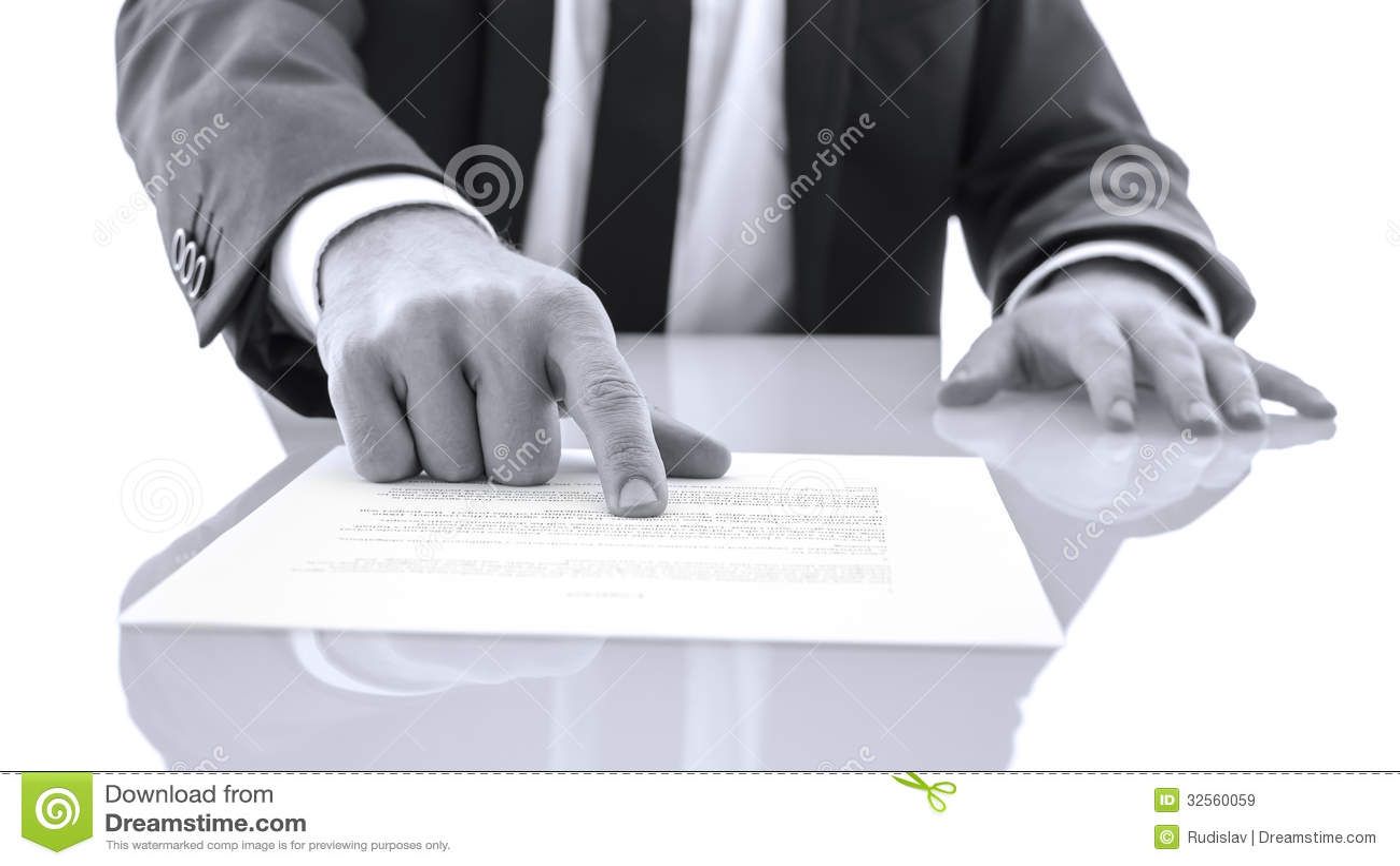 Prawnik pokazuje klienta dowód czyta oświadczenie