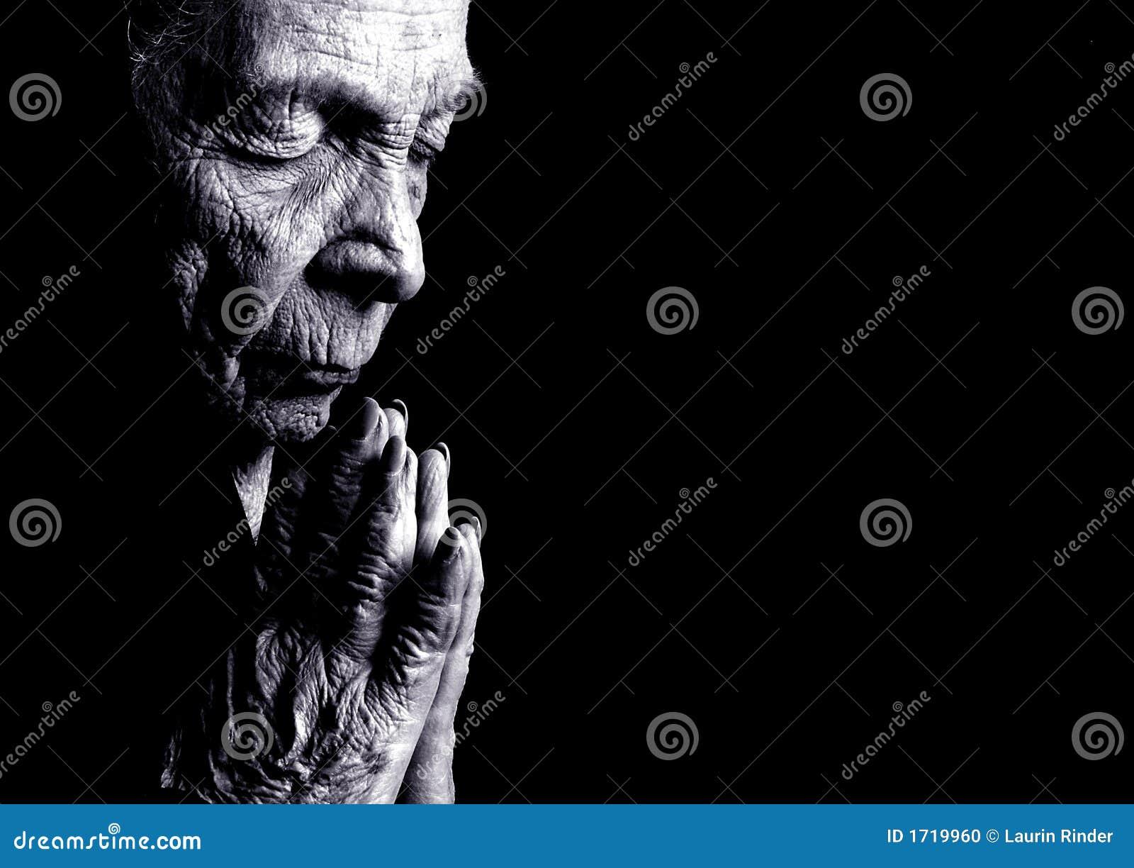 Praying da mulher adulta