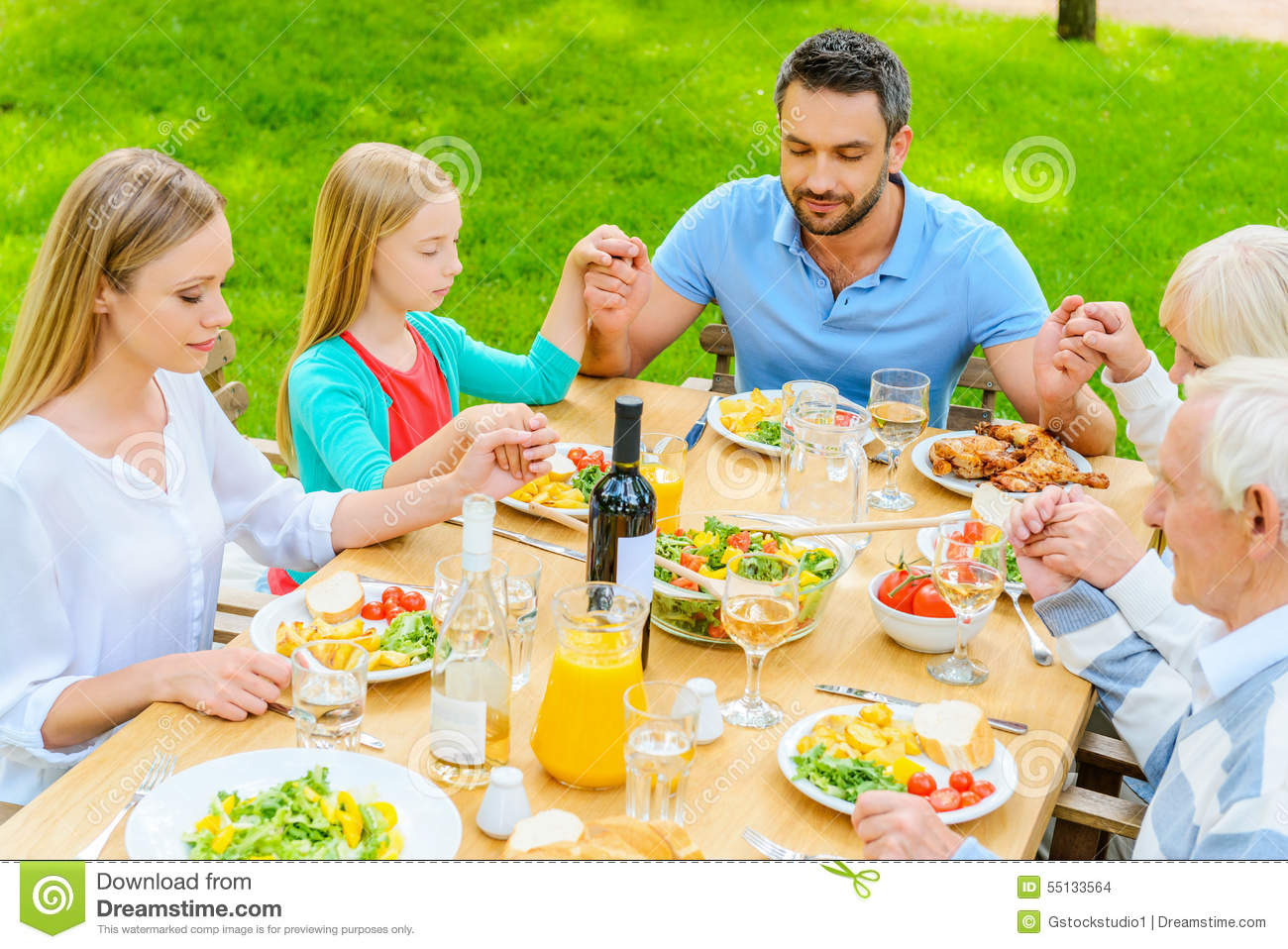 family praying at dinner - 1023×683