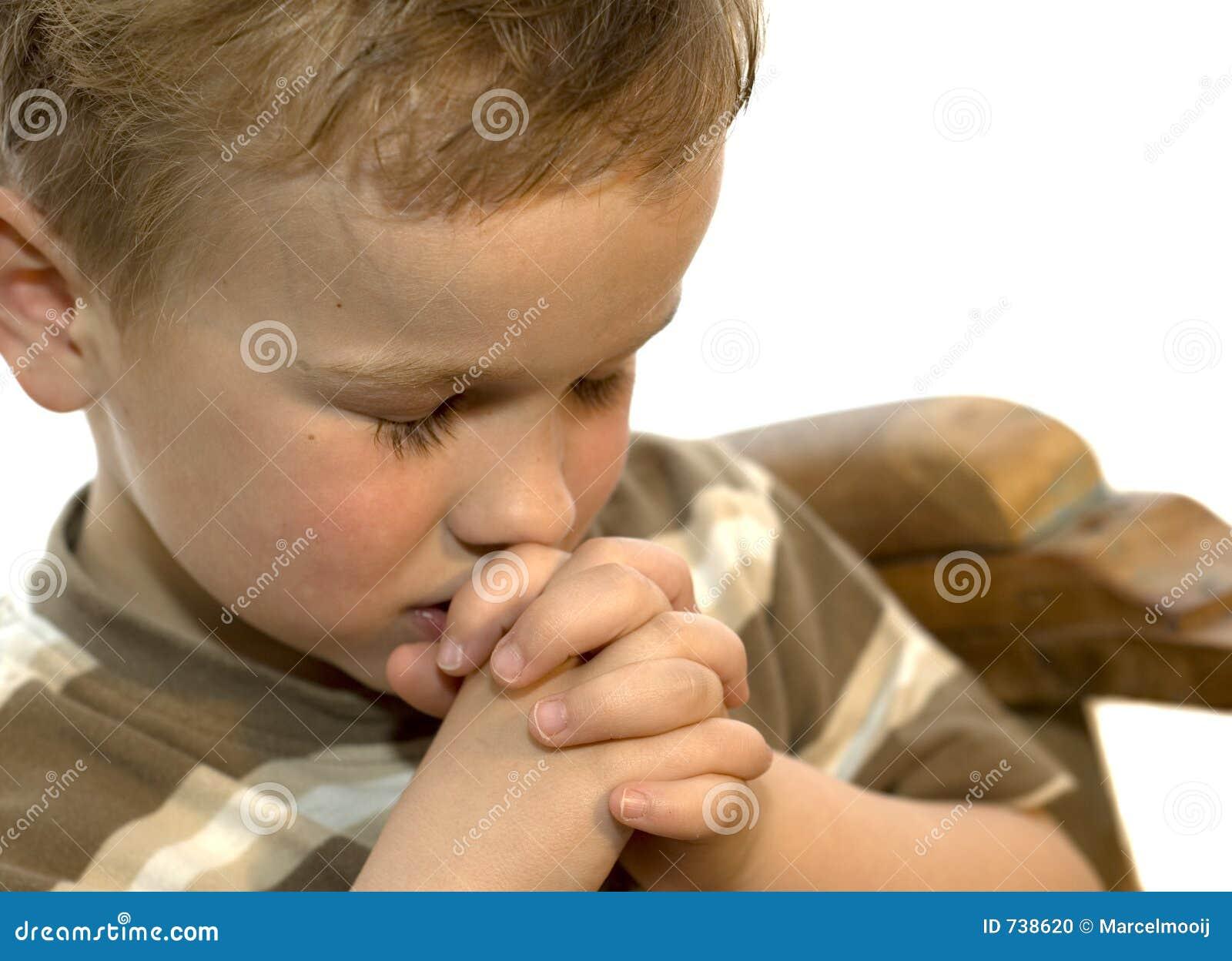 Praying do rapaz pequeno