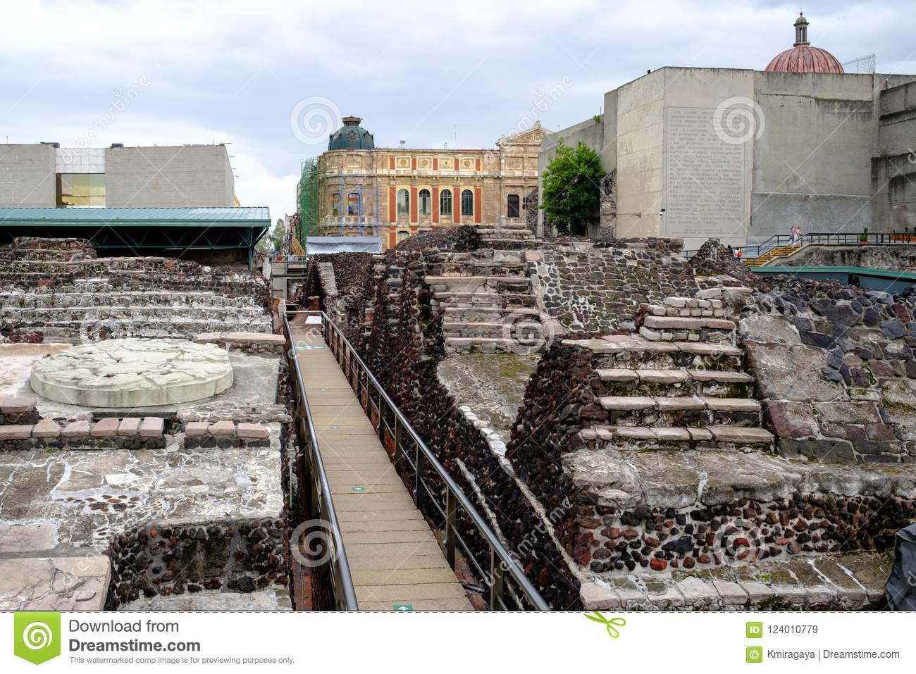 How to Glimpse the Ancient Aztec Empire In Modern Mexico ...  |Tenochtitlan Ruins