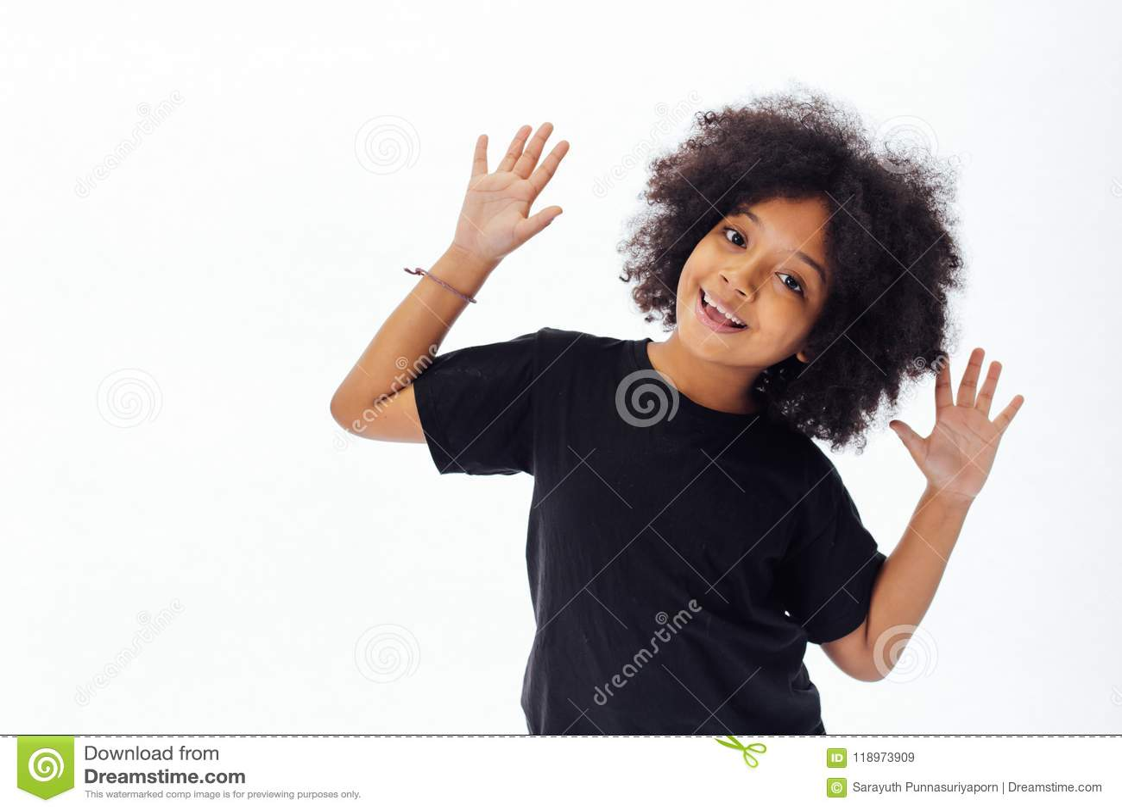 Pre-tiener Afrikaans Amerikaans jong geitje die handen zetten die omhoog speels en gelukkig zijn