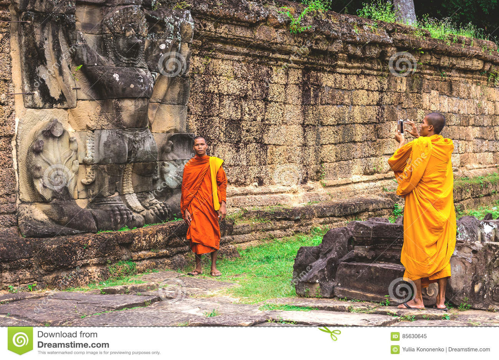 Preah Khan Temple, Buddist munkar som gör bilder